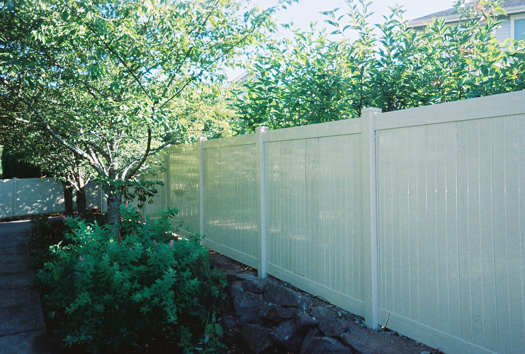 White Vinyl Fence enhances the beauty of your landscaping. Contact Vancouver Washington's Best Fence Builders. The Fenceman Fence Company installs wood, vinyl, chain link and ornamental iron fences. We also offer materials for the do it yourselfer.